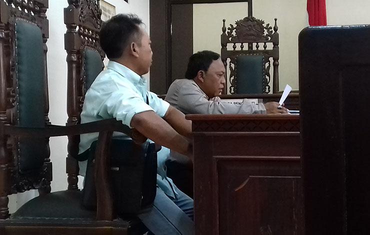 Pengugat dan kuasa hukumnya di sidang gugatan yang dilayangkan kepada Nam Air atas pemotongan tiket pembatalan penerbangan.