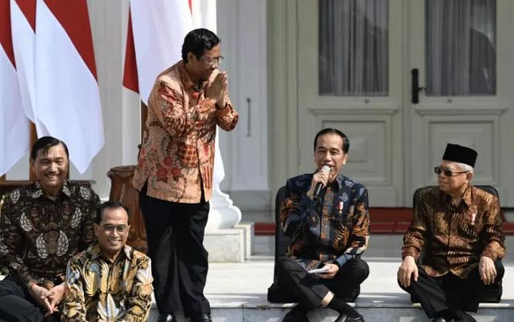 Presiden Joko Widodo (kedua kanan) didampingi Wapres Ma\\\'ruf Amin (kanan) memperkenalkan jajaran ment