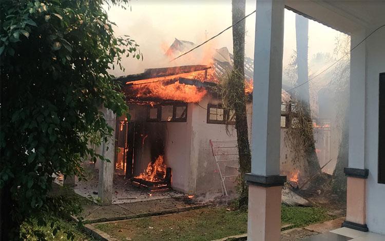 Bangunan gudang, kantin dan penjaga malam milik Disperindag Kalteng yang terbakar, Rabu 23 Oktober 2019