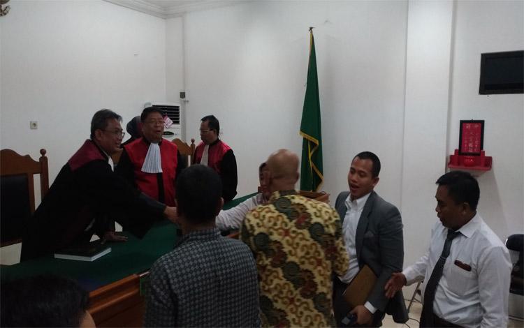 Suasana sidang pembacaan putusan gugatan Kementerian Lingkungan Hidup dan Kehutanan (KLHK) atas gugatannya terhadap PT Arjuna Utama Sawit (AUS) atas kebakaran lahan pada 2015 yang digelar di Pengadilan Negeri Palangka Raya, Rabu 23 Oktober 2019
