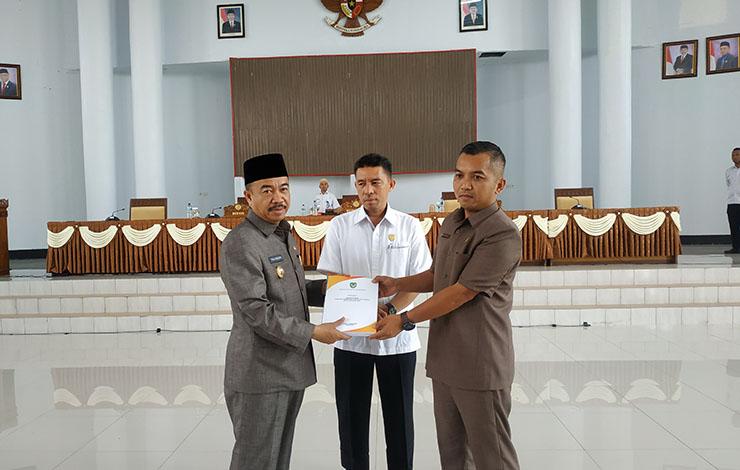Bupati Seruyan Yulhaidir saat menyerahkan dokumen KUA PPAS APBD Seruyan 2020, kepada ketua DPRD Seruyan Zuli Eko Prasetyo, Rabu, 23 Oktober 2019.