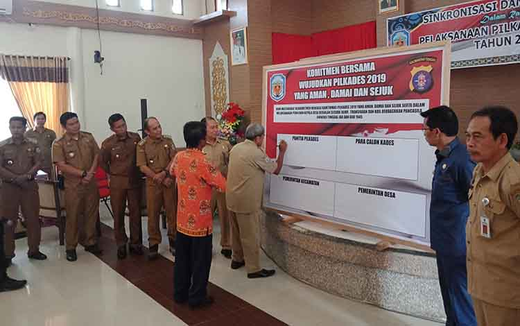 Penandatangan Deklarasi Damai 69 Calon Kepala Desa dari 20 desa penyelenggara Pilkades Serentak 2019 di Kabupaten Murung Raya, Rabu 23 Oktober 2019