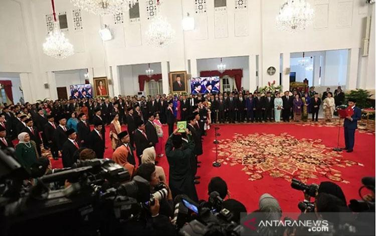 Presiden Joko Widodo mengambil sumpah jajaran menteri dalam rangkaian pelantikan Kabinet Indonesia Maju di Istana Merdeka, Jakarta, Rabu (23/10/2019). ANTARA FOTO/Wahyu Putro A/foc/pri.