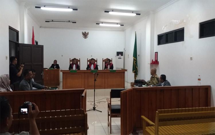 Sidang gugatan Kementerian Lingkungan Hidup dan Kehutanan (KLHK) terhadap PT Arjuna Utama Sawit atas kebakaran lahan yang terjadi pada 2015. Hakim mengabulkan sebagian gugatan dari KLHK, sehingga PT AUS mengajukan banding