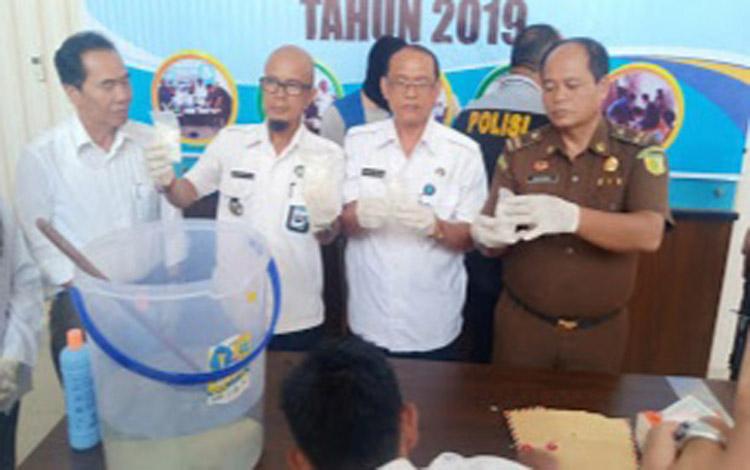 Kepala Bidang Pemberantasan BNNP Kalteng AKBP I Made Kariada bersama Kasi Narkotika Kejati Kalteng Wagiman saat memusnahkan sabu, Rabu 23 September 2019