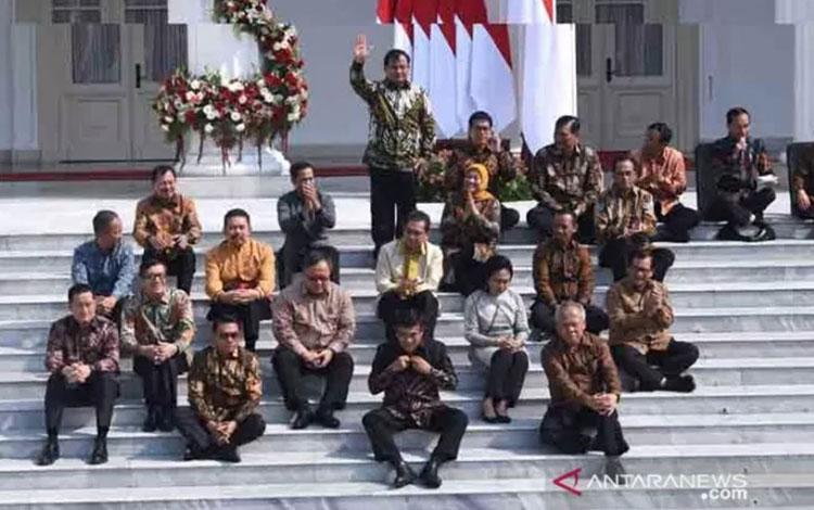 Presiden Joko Widodo (kedua kanan) dan Wapres Maruf Amin (kanan) memperkenalkan jajaran menteri Kabinet Indonesia Maju di Istana Merdeka, Jakarta, Rabu (23/10/2019). ANTARA FOTO/Wahyu Putro/foc/pri.