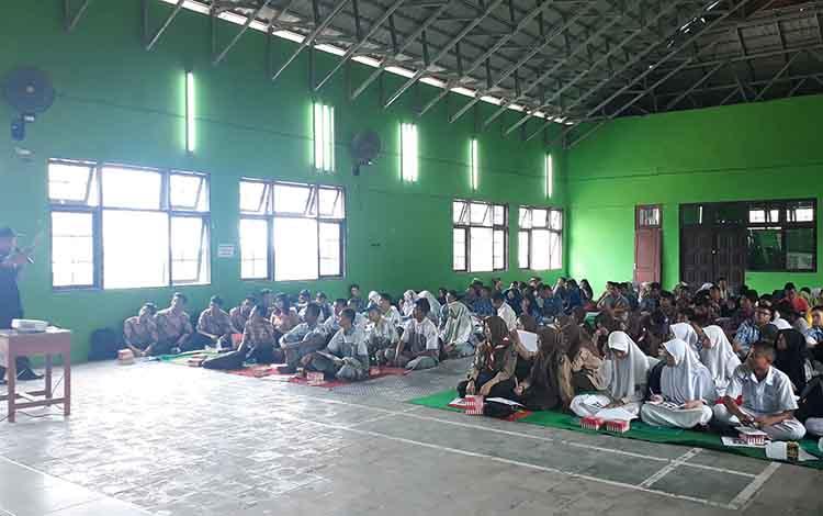 Disdikbud Kobar gandeng BNN dan dinas kesehatan memberikan sosialisasi kepada pelajar sebagai uoaya menangkal masuknya narkoba di lingkungan pendidikan