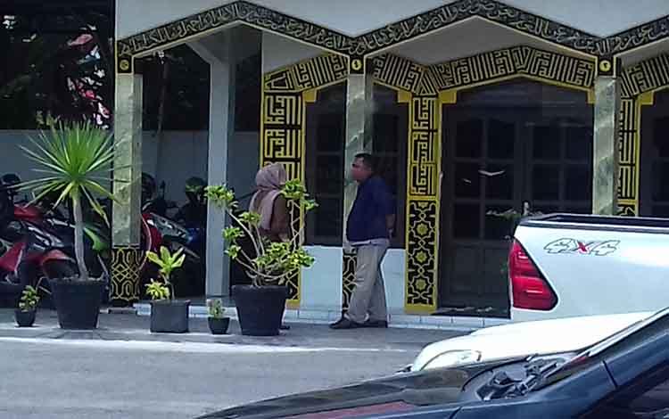 IST, bos parkir di Kotim (berkerudung) saat berbincang dengan rekannya usai diperiksa jaksa di Kejari Kotim.