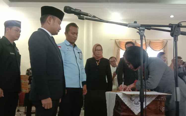 Pemerintah Kota Palangka Raya melantik pejabat pimpinan tinggi pratama di Aula Peteng Karuhei II, Kamis, 24 Oktober 2019.