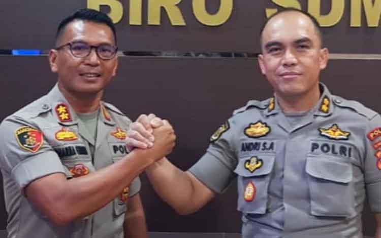 AKBP E Dharma B Ginting yang dimutasi jadi Kapolres Kobar, salam komando dengan AKBP Andri Siswan Ansyah yang akan menjabat sebagai Kapolres Katingan baru.
