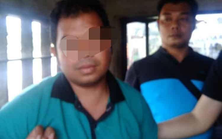 Yus, tersangka pelaku pembunuhan terhadap Suryadi di Kelurahan Sungai Lulut, Kalsel saat diamankan petugas Polda Kalteng dan Polsek Pahandut, Rabu 23 Oktober 2019