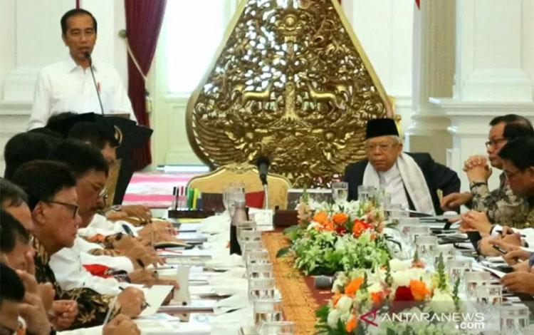 Presiden Jokowi didampingi Wapres Ma\'ruf Amin memimpin sidang kabinet paripurna perdana yang dihadiri para menteri dan pejabat setingkat menteri tergabung dalam Kabinet Indonesia Maju di Istana Merdeka, Jakarta pada Kamis (24/10/2019). (Bayu Prasetyo)