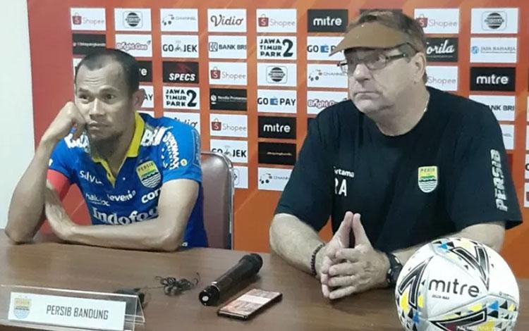 Pelatih Persib Bandung Robert Alberts (kanan).