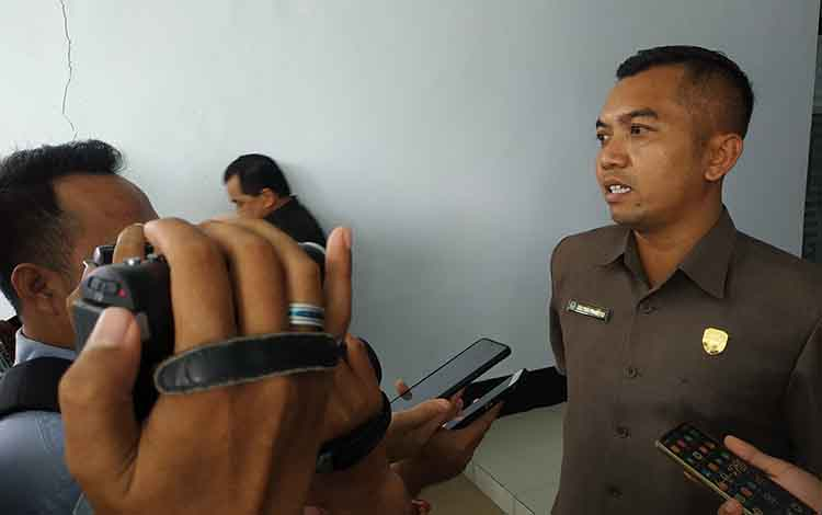 Ketua DPRD Seruyan Zuli Eko Prasetyo saat memberikan keterangan pada awak media. Dia menyatakan mendukung pemekaran Kecamatan Seruyan Hulu.