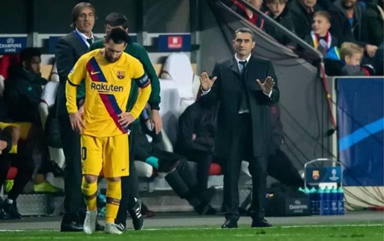 Pelatih Barcelona Ernesto Valverde (kanan) menyaksikan permainan timnya dalam pertandingan Grup F Liga Champions melawan Slavia Praha, di Stadion Sinobo, Praha, Republik Ceko, Rabu (23/10/2019). (www.uefa.com)