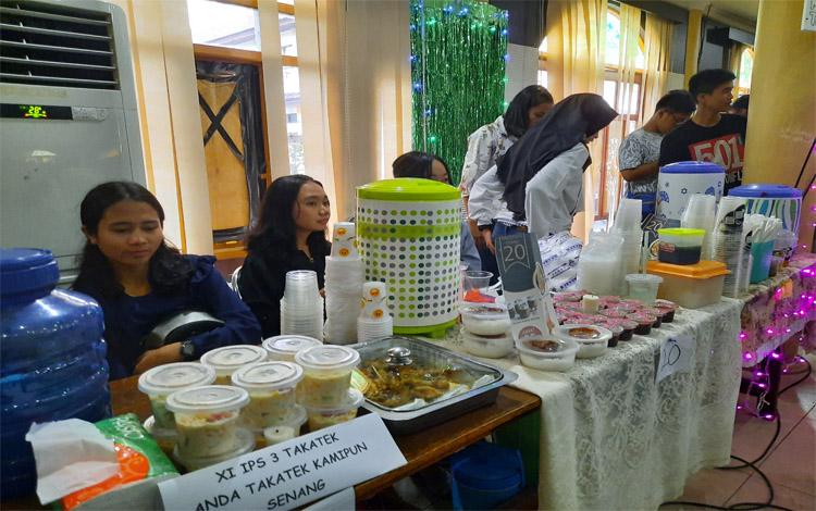 Siswa SMAN 1 Tamiang Layang mengadakan bazar sebagai sarana untuk belajar berwirausaha