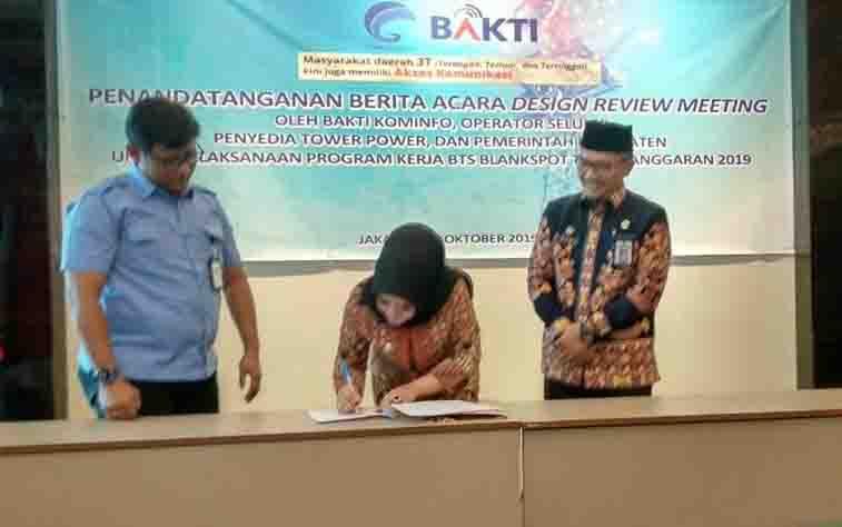 Wakil Bupati Seruyan, Iswanti menandatangani Berita Acara Design Review Meeting oleh BAKTI Kementeiran Kominfo, Program Kerja BTS Blank Spot 2019 di Kabupaten Seruyan.