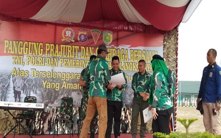 Ketua DPRD Kota Palangka Raya, Sigit Karyawan Yunianto memberikan penghargaan kepada TNI Polri karena telah sukses mengamankan jalan pemilu 2019
