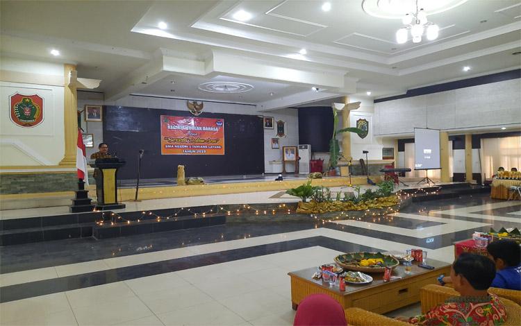 Ketua paniti,a Maxlabi memberikan sambutan diacara peringatan Bulan Bahasa di Kabupaten Barito Timur oleh SMAN 1 Tamiang Layang
