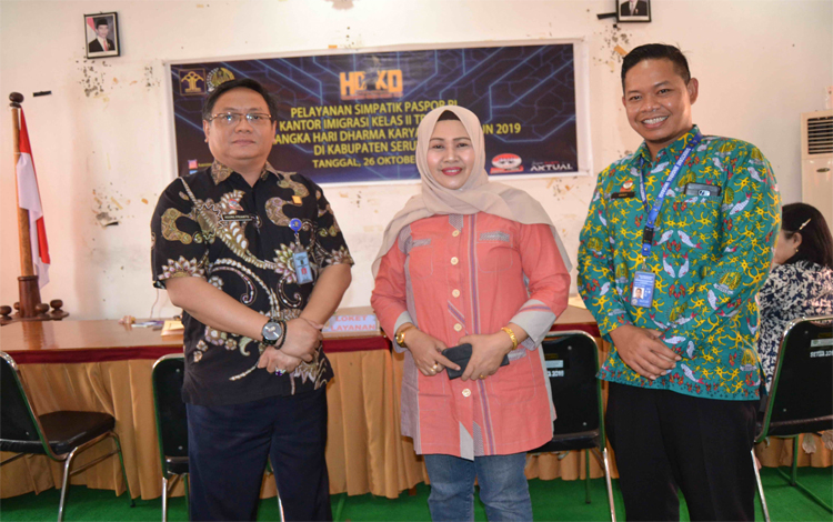Anggota DPRD Seruyan Masfuatun bersama Kepala Kantor Imigrasi Kelas II TPI Sampit saat melihat pelayanan paspor simpatik di Kuala Pembuang, Sabtu 26 Oktober 2019