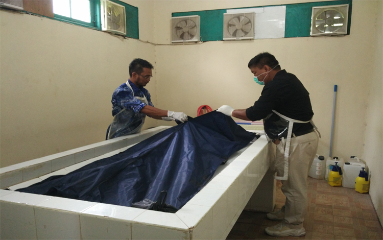Korban kecelakaan saat berada di ruang jenazah RSUD Dr Murjani Sampit. Korban kecelakaan bermaksud untuk melayat keluarga meninggal, Sabtu, 26 Oktober 2019