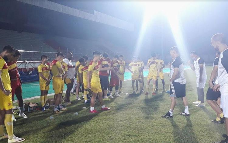 Tim Kalteng Putra mendapat saran dan masukan dari Pelatih, Gomes De Oliveira saat melakukan latihan
