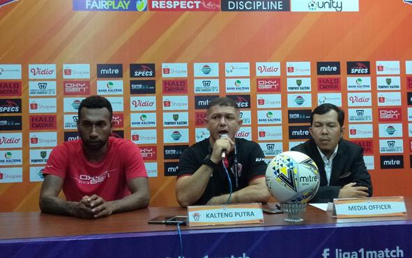 Pelatih Kalteng Putra Gomes De Oliveira (tengah) menyampaikan bahwa kemenangan atas Persela Lamongan memecahkan kebuntuan Kalteng Putra di putaran kedua Liga 1 Indonesia 2019.
