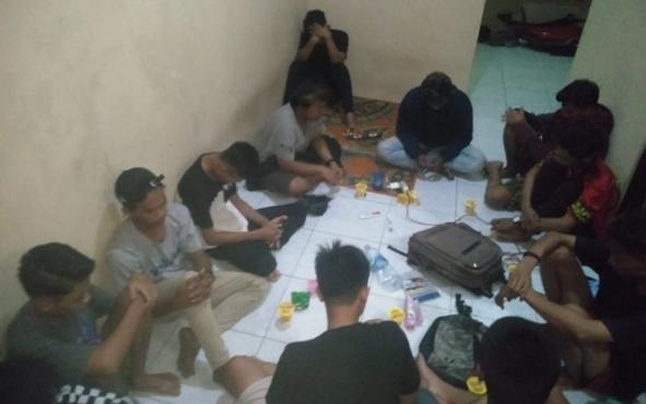 Sebanyak 16 remaja terdiri dari 15 laki-laki dan 1 perempuan diamankan petugas Satpol PP Kotawaringin Barat (Kobar) saat sedang asyik pesta minuman keras (miras) di sebuah kamar barak di Jalan Tjilik Riwut II, RT 19, Kota Pangkalan Bun.