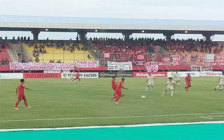 Tim Kalteng Putra saat menjamu Persela Lamongan di Stadion Tuah Pahoe Palangka Raya, Minggu 27 Oktober 2019. Sampai saat ini persaingan untuk keluar dari zona degradasi masih ketat