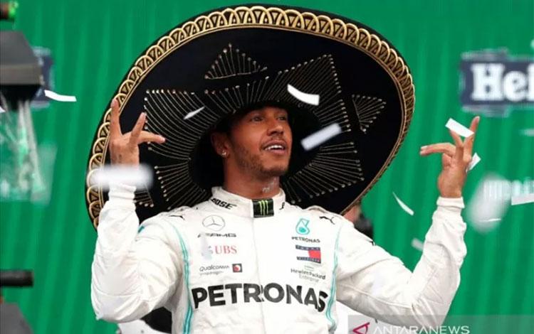Pebalap Mercedes Lewis Hamilton melakukan selebrasi usai menjuarai Grand Prix Meksiko di Sirkuit Her