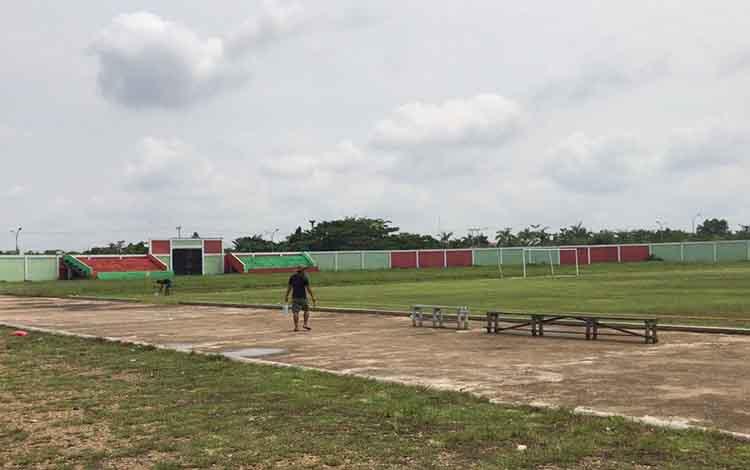 Persiapan stadion Willy M. Yoseph tempat berlaga 13 tim pada turnamen Bupati Cup 2019, Senin, 28 Oktober 2019