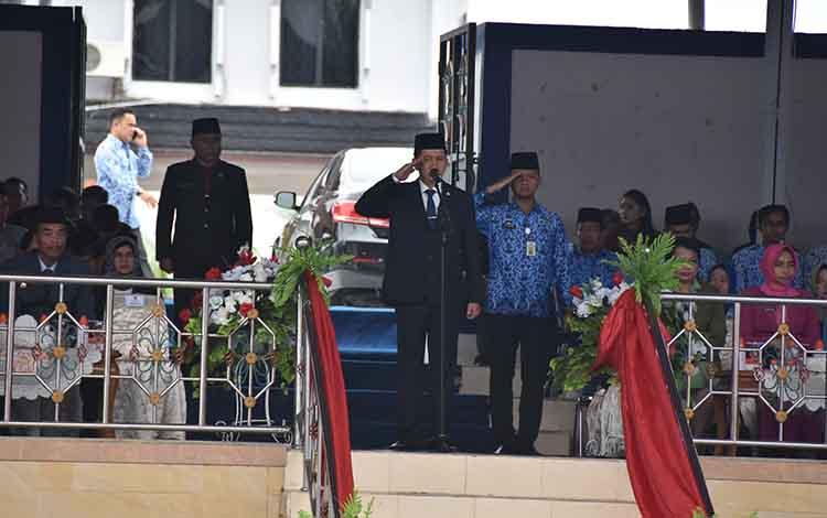 Bupati Barito Utara, H Nadalsyah saat menjadi inspektur upacara peringatan Hari Sumpah Pemuda di Muara Teweh, Senin, 28 Oktober 2019.
