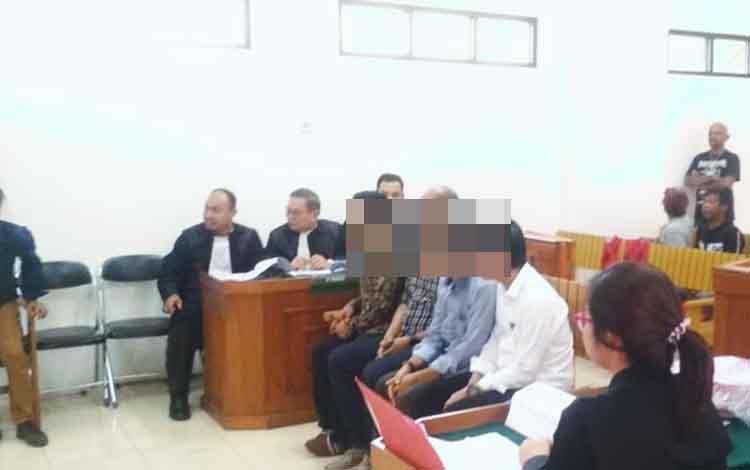Kelima terdakwa saat menjalani persidangan di Pengadilan Negeri Palangka Raya, atas kepemilikan ganja 1 kg.