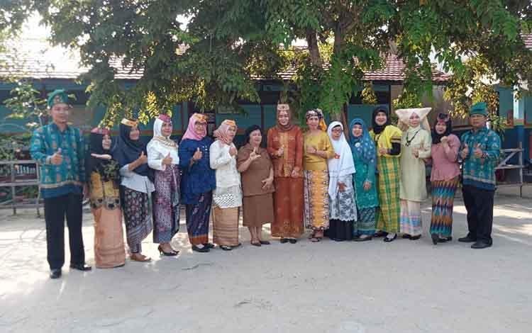 Kepala Sekolah dan para guru SDN 2 Persil Raya, usai upacara Hari Sumpah Pemuda ke 91, Senin, 28 Oktober 2019. Petugas upacara di sekolah itu menggunakan pakaian adat.