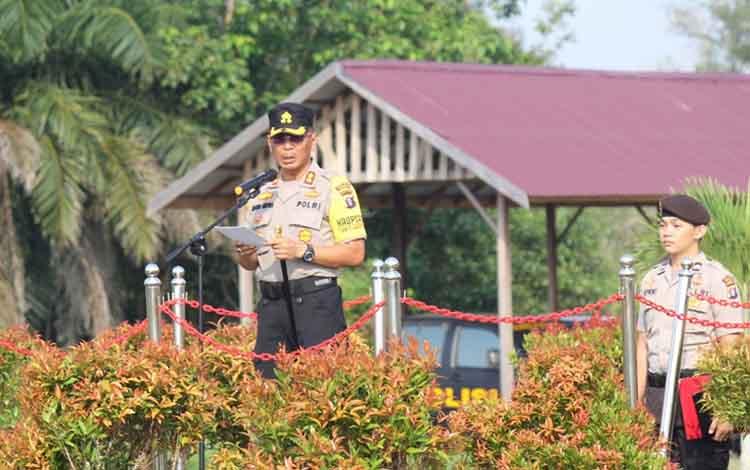 Kapolres Katingan AKBP E Dharma B Ginting memimpin apel peringatan Hari Sumpah Pemuda di Mapolres Katingan.