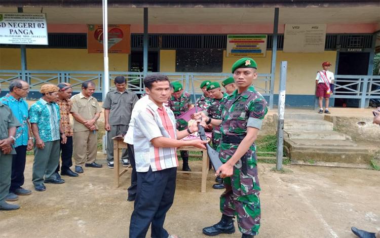 Anggota Satgas Pamtas Yonmek 643 Wanara Sakti menerima senjata api rakitan dari warga perbatasan