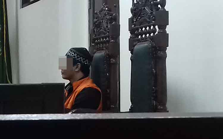 Sukis terdakwa kasus narkoba saat menjalani sidang di Pengadilan Negeri Sampit, Selasa 29 Oktober 2019. Perempuan bertato, Niken M menyangkal jual sabu untuk teman dekatnya ini