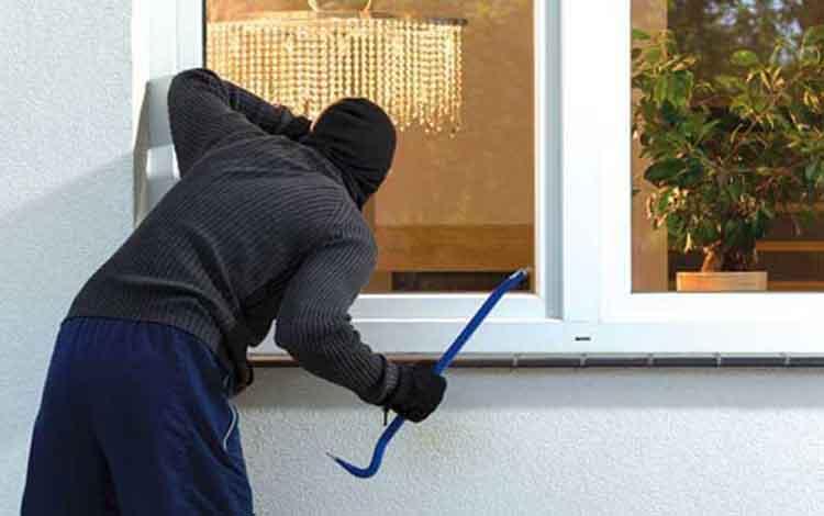 Ilustrasi maling saat membobol rumah warga dengan kekerasan