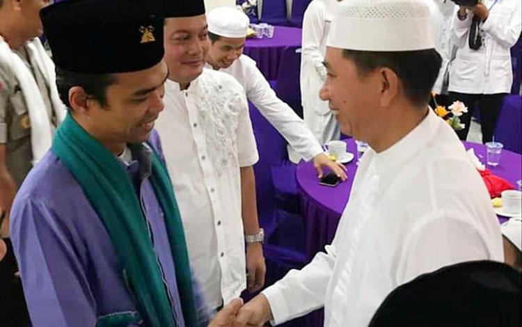 Bupati Barito Utara, Nadalsyah saat berjabat tangan dengan Ustadz Abdul Somad (UAS).