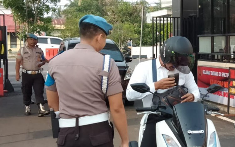 Anggota Polresta Palangka Raya diperiksa kelengkapan administrasi kendaraan oleh Propam, Selasa 29 Oktober 2019