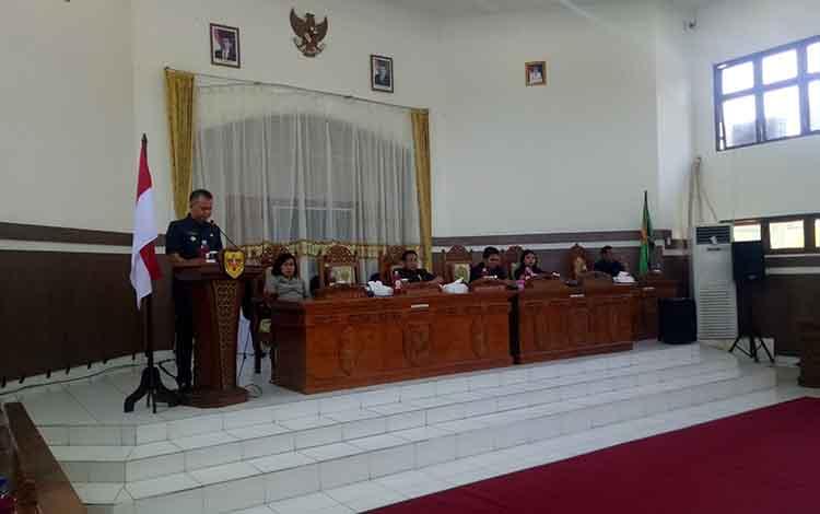 Bupati Gunung Mas, Jaya S Monongmenyampaikan jawaban atas pandangan umum fraksi pendukung dewan terhadap 6 buah Raperda