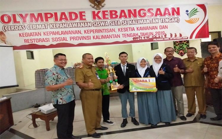 Siswa dan siswi SMKN 1 Sampit meraih juara I lomba cerdas cermat olimpiade kebangsaan yang digelar Dinas Sosial Kalimantan Tengah, Selasa 29 Oktober 2019