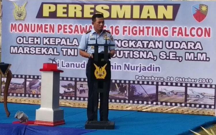 Kepala Staf Angkatan Udara Marsekal TNI Yuyu Sutisna saat meresmikan monumen dirgantara pesawat F-16 di Lanud Roesmin Nurjadin Pekanbaru, Riau, Senin (28/10). (Anggi Romadhoni)