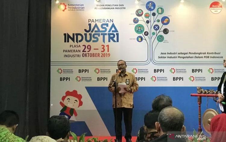 Kepala Badan Penelitian dan Pengembangan Industri Kementerian Perindustrian Ngakan Timur Antara saat membuka Pameran Jasa Industri di Jakarta, Selasa. (ANTARA/ Sella Panduarsa Gareta)
