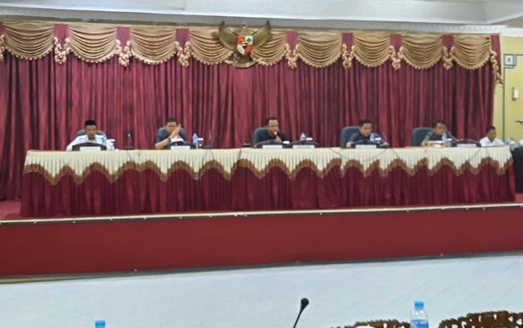 Rapat paripurna terkait Raperda Penyertaan Modal untuk Bank Kalteng di DPRD Barito Timur, Rabu, 30 Oktober 2019.