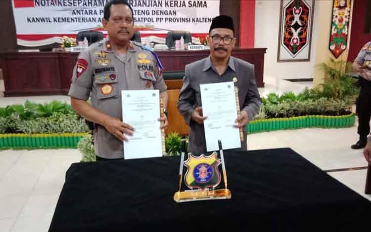 Kemenag Dan Polda Kalteng melakukan Penandatangan secara simbolis nota kesepahaman di Aula Arya Dharma Mapolda Kalteng, Selasa 29 Oktober 2019.