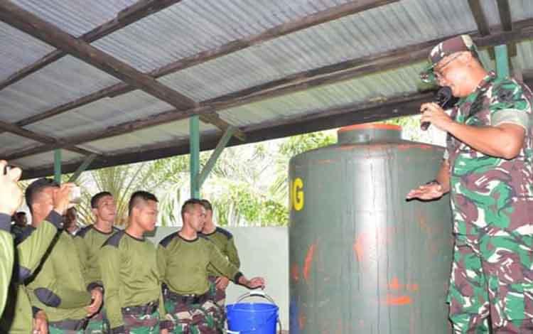 Aparat TNI saat mempraktekan penguraian dengan menggunakan Bios 44 sebagai salah satu soluai cegah pembakaran lahan yang ditebang petani, Rabu 30 Oktober 2019.