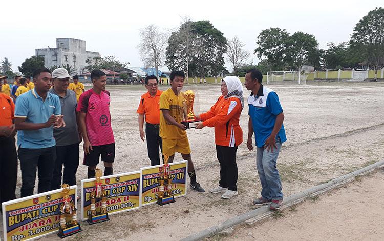 Bupati Kotawaringin Barat Hj Nurhidayah menutup turnamen sepakbola Bupati Cup 2019, dan menyerabkan piala bergilir pada Persepan sebagau juara 1 dalam ajang tersebut, di Stadion Sampuraga, Rabu, 30 Oktober 2019.