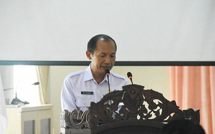 Kepala Dinas Kearsipan dan Perpustakaan Barito Utara, Edy Nugroho menyampaikan laporan pada sosialisasi kearsipan bagi perangkat daerah dan kepala desa, Rabu, 30 Oktober 2019.