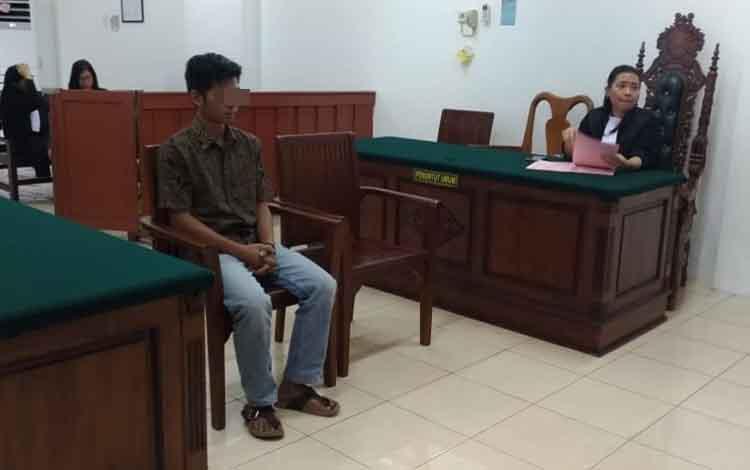 Yf saat menjalani sidang tuntutan di Pengadilan Negeri Palangka Raya, Rabu, 30 Oktober 2019. Yf terancam penjara karena terbuai wanita.